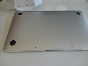 MacBookAirねじ全部外しました。